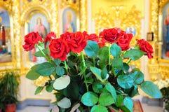 Schöne Rosen in der Kirche Stockfotografie