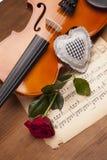 Schöne Rosen, Inneres und Violine! Lizenzfreies Stockbild