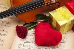 Schöne Rosen und Violine! lizenzfreie stockfotos