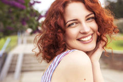 Schöne rote behaarte Frau mit frischer makelloser Haut und gelocktem ha lizenzfreie stockfotos