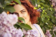Schöne rote behaarte Frau mit frischer makelloser Haut und gelocktem ha lizenzfreie stockfotografie