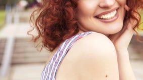 Schöne rote behaarte Frau mit frischer makelloser Haut und gelocktem ha stockfotografie