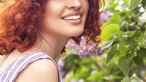 Schöne rote behaarte Frau mit frischer makelloser Haut und gelocktem ha lizenzfreie stockbilder