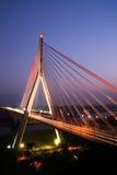 Schöne rote Brücke der Stadtnacht Stockfoto