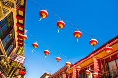 Schöne rote chinesische Laternen in Chinatown von San Francisco, Kalifornien, USA lizenzfreie stockfotografie
