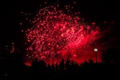 Schöne rote Feuerwerke mit Leutehintergrund nachts stockfoto
