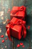 Schöne rote Geschenke auf einem hölzernen Hintergrund Weihnachten, Weihnachten, Val Lizenzfreies Stockbild