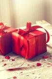 Schöne rote Geschenke auf einem hölzernen Hintergrund Weihnachten, Weihnachten, Val Stockfotografie