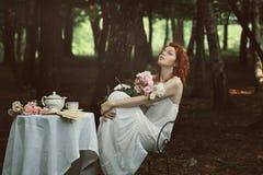 Schöne rote Haarfrau in einem Wald Stockbilder