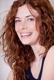 Schöne rote Hauptfrau mit dem Frecklelächeln lizenzfreies stockfoto