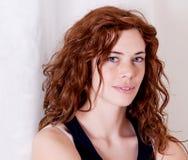 Schöne rote Hauptfrau mit dem Frecklelächeln stockfotos