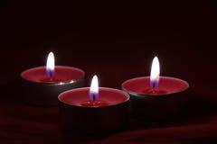Schöne rote Kerzen in der Dunkelheit Lizenzfreies Stockfoto