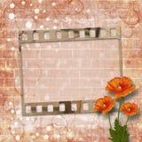 Schöne rote Mohnblumen auf Hintergrund der alten Backsteinmauer Stockfotos