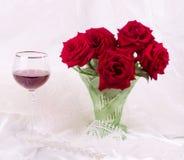 Schöne rote Rosen im Vase Stockfotos