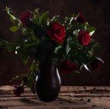 Schöne rote Rosen im Vase Lizenzfreies Stockfoto
