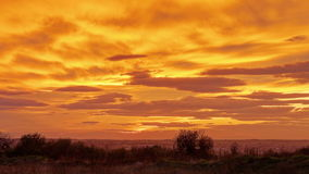 Schöne rote und orange Wolken nach Sonnenuntergang stock footage
