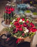 Schöne rote und weiße Mischung blüht Blumenstrauß lizenzfreie stockfotos