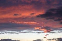 Schöne rote Wolken bei dem Sonnenuntergang, abstrakte Formen machend Lizenzfreie Stockfotografie