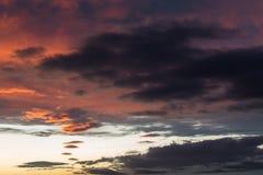 Schöne rote Wolken bei dem Sonnenuntergang, abstrakte Formen machend Stockbild