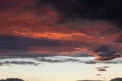Schöne rote Wolken bei dem Sonnenuntergang, abstrakte Formen machend Stockfoto