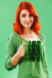 Schöne Rothaarige mit grünem Bier an Tag St. Patricks Lizenzfreie Stockfotos