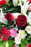Schöne Rotrose, Gartennelke und lilly mit Wassertropfen. Stockbild