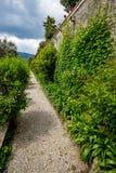 Schöne ruhige Gasse bei Isola Bella, Italien lizenzfreie stockbilder