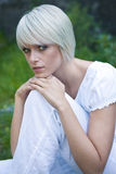 Schöne ruhige junge blonde Frau Lizenzfreie Stockfotos