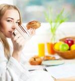 Schöne ruhige junge Frau, die Morgenkaffee trinkt Stockfoto