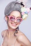 Schöne süße sexy Dame mit Herzgläsern Abbildung der roten Lilie Art und Weisefoto Lizenzfreie Stockbilder