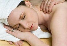Schöne Salon-Frau erhält Massage-Therapie am Badekurort Lizenzfreie Stockfotografie
