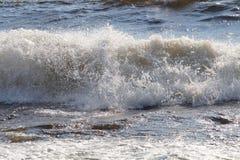 Schöne schäumende Welle mit zerstreutem Kamm auf dem See lizenzfreie stockfotos