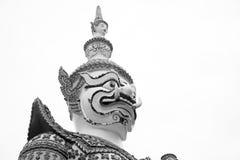 Schöne schöne Schwarzweiss-Nahaufnahme der Riese an wat arun bkk thailand lizenzfreie stockfotos