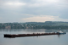 Schöne Schiffe auf dem Fluss Stockfoto