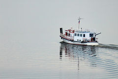 Schöne Schiffe auf dem Fluss Lizenzfreies Stockbild
