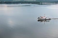 Schöne Schiffe auf dem Fluss Lizenzfreie Stockfotografie