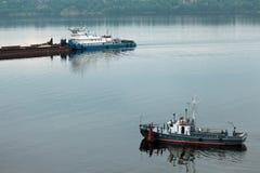 Schöne Schiffe auf dem Fluss Lizenzfreie Stockfotos
