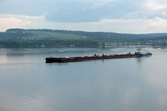 Schöne Schiffe auf dem Fluss Stockbild