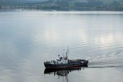 Schöne Schiffe auf dem Fluss Stockbilder