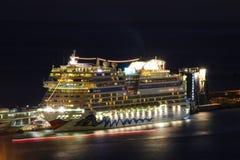 Schöne Schiffe und Kreuzfahrtschiffe lizenzfreies stockbild