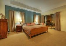Schöne Schlafzimmer-Suite mit dem Angrenzen im Freien Stockbild