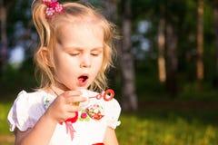 Schöne Schlagseifenblasen des kleinen Mädchens Lizenzfreies Stockbild