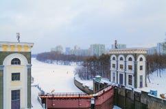 Schöne Schleuse und Wasserreservoir auf dem Moskau-Fluss im Winter Stockbild