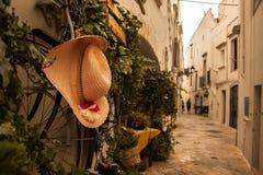 Schöne schmale gehende Straße in Locorotondo, Italien lizenzfreie stockfotos
