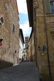 Schöne schmale Straße in der historischen Mitte von Arezzo Italien Lizenzfreies Stockbild