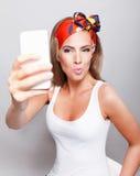 Schöne schmollende Frau, die ein selfie nimmt Lizenzfreie Stockfotografie