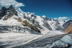 schöne schneebedeckte Berge, Russische Föderation, Kaukasus, lizenzfreies stockbild