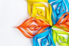 Schöne Schneeflocke vom mehrfarbigen Papier auf einem weißen Hintergrund Stockbilder