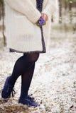 Schöne Schneeglöckchen in den Händen einer jungen Frau in der weißen Wolljacke und im Blau blühen Kleid Vorbereitungen für Ostern Stockbilder