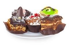Schöne Schokoladenkuchen, cupcaks und Frucht backen zusammen Stockfoto